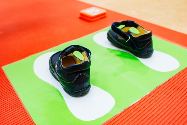 Bild von kleinen Schuhen auf großen Füßen
